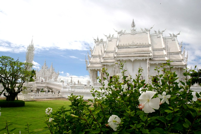 На территории храма Ват Ронг Кхун