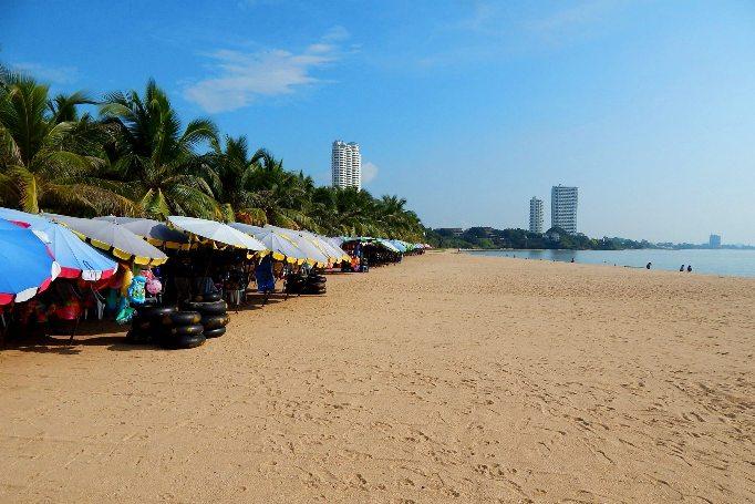 Чистый песок на пляже Джомтьен