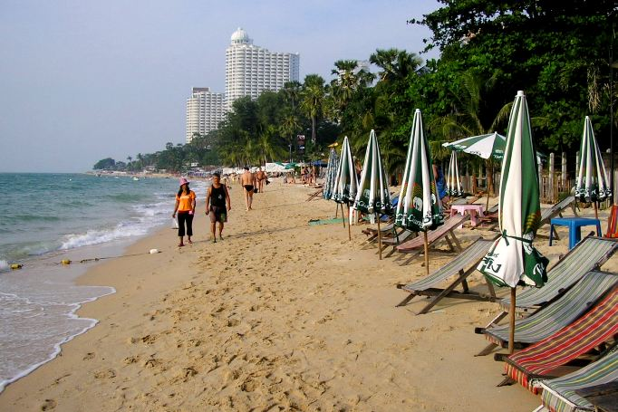 Песок на пляже Вонгамат в Паттайе