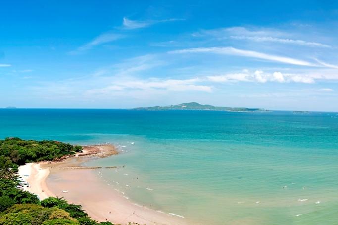 Вид на пляж Кози бич в Паттайи