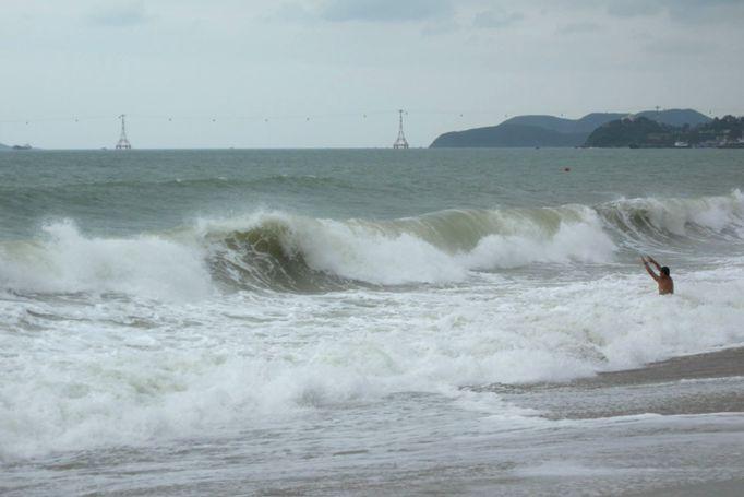 Волны на городском пляже Нячанга в декабре