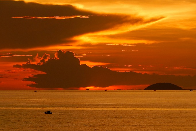 Закат на пляже Джомтьен в Паттаей